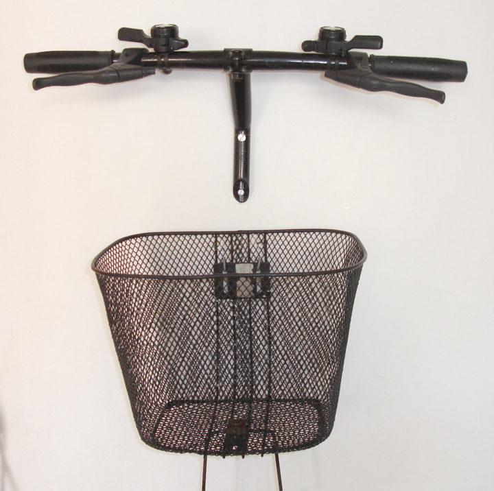 Decore sua casa com uma bike velha : Pendurador de Casacos de guidon e porta-tréco de cestinha