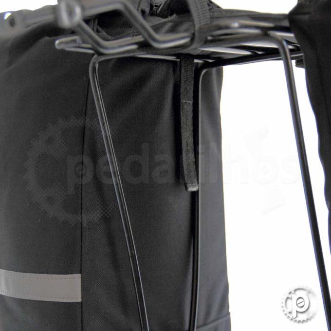 Fixação com velcros e fitas com reguladores na parte superior do bagageiro