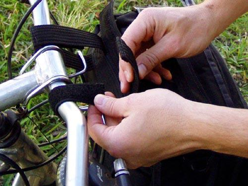 Para instalar a bolsa, passo 2/2: Prenda os velcros envolvendo o guidão e o suporte