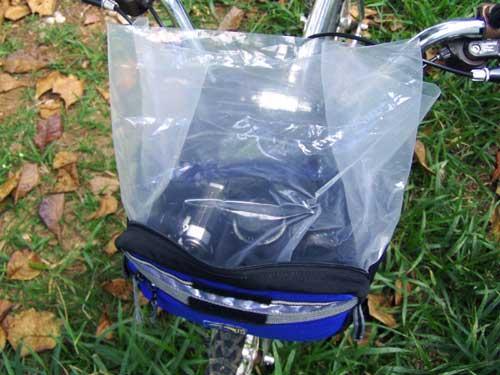 Em casos de chuva forte, recomenda-se colocar um saco plástico entre o refil e a bolsa.