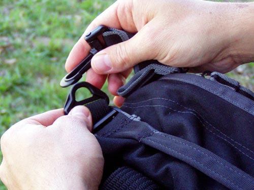 A alça de ombro pode ser colocada e retirada através de fecho mosquetão