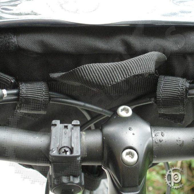 Detalhe na fixação superior nos cabos, a fixação superior também pode ser feita diretamente no guidão