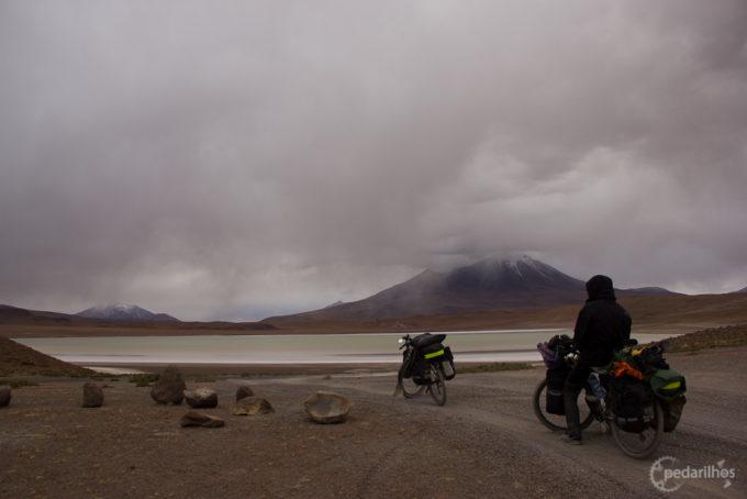Na Bolívia, suportando péssimas estradas.