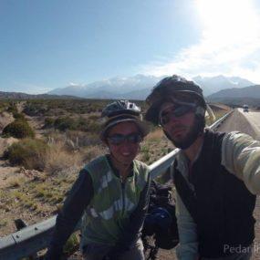 Descida dos Andes e os vinhedos e pomares de Mendoza