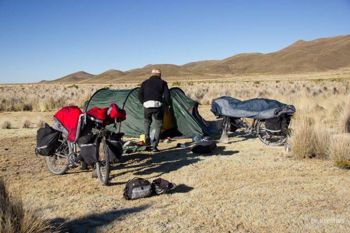 Depois de uma noite gelada, a superfície dos sacos de dormir amanheceram congeladas. Então deixamos arejar e descongelar ao sol da manhã enquanto guardávamos o resto do equipamento.