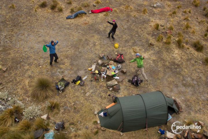 Dicas para acampar de graça: Com os amigos, curtindo, só pra esquentar o corpo nessa friaca. Acampando acima de 4.500 metros de altitude.
