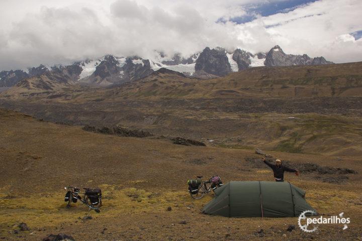 Dicas para acampar de graça: Acampando no alto do Paso Abra Pirhuayani, longe da estrada e da vista de outras pessoas.