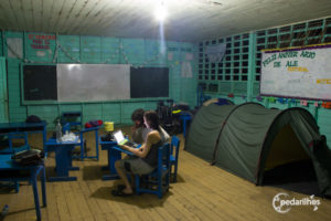 Acampados na sala de aula da escolinha de Alegria. Só montamos a barraca por conta dos mosquitos. Última noite na Amazônia Peruana.