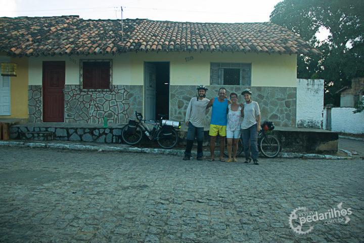 Passando pela cidade de Rio Tinto sem ainda ter onde ficar, uma moça nos aborda e oferece ajuda. Além de nos convidar para ficar na casa dela, ainda nos chamam pra jantar com eles. Obrigado pelo carinho, Josenalda e Milton Gorgonho!