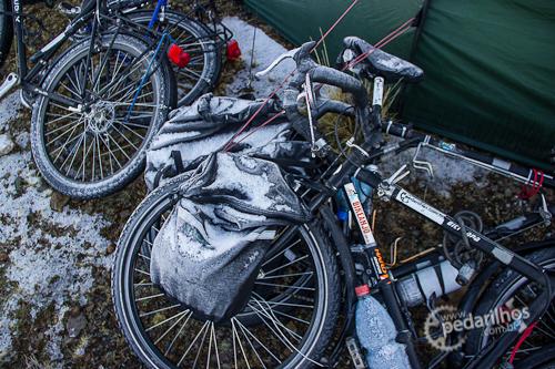 Prendendo as bikes em um acampamento selvagem, essa é nossa técnica.