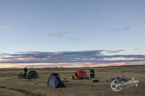 Acampamento selvagem com colegas ciclistas no Peru em uma grande área plana próximos da estrada. Com a distância e o cair da noite, não perceberão que estamos por ali.