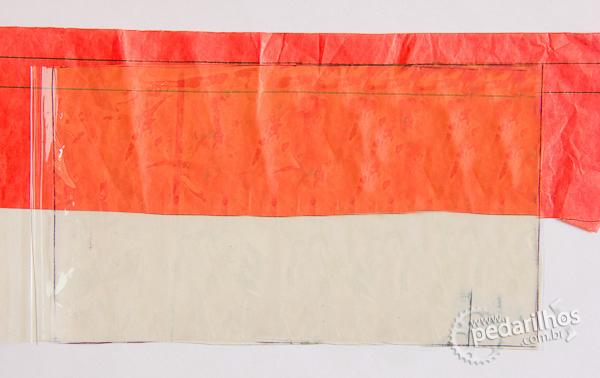 Saco Estanque para Eletrônicos e Mapas e Celulares : Posicione uma folha de papel de seda já marcada por baixo das duas folhas de plástico, que deve ficar sobre a primeira linha de 1cm.