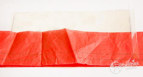 Saco Estanque para Eletrônicos e Mapas e Celulares : Sanduíche de papel de seda, dois pedaços de plástico e outra folha de papel de seda já marcados com as linhas de 1 e 2cm.