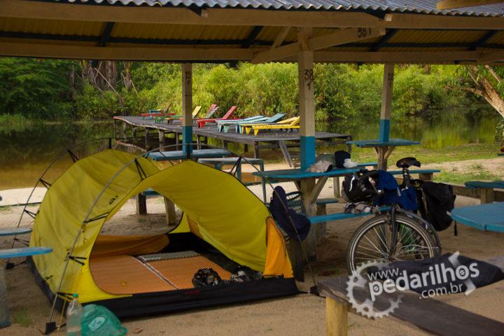 """Isolante Térmico Therm-a-Rest Z-Lite: Espaço que eles ocupam dentro da barraca em um acampamento só com o """"mosquiteiro"""" na beira de um igarapé em Rondônia."""