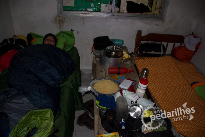 Isolante Térmico Therm-a-Rest Z-Lite: Isolantes para separar nosso saco de dormir de um colchão velho e sujo de um abrigo oferecido pela Polícia Caminera na Argentina.