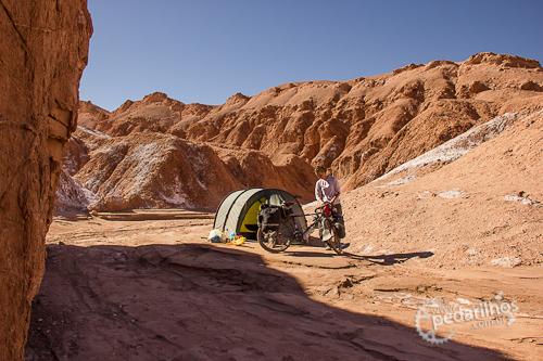 Acampamento selvagem de dois dias neste lugar, um leito de rio seco próximo a San Pedro de Atacama, Chile.
