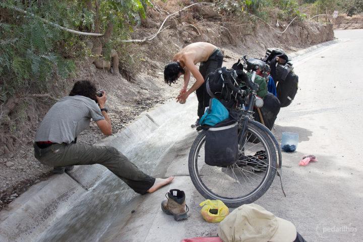 Tomando banho na calha da estrada, Peru.