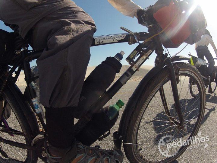 Meia molhada na caramanhola ajuda a manter a água sempre fresca durante o pedal em dias quentes.
