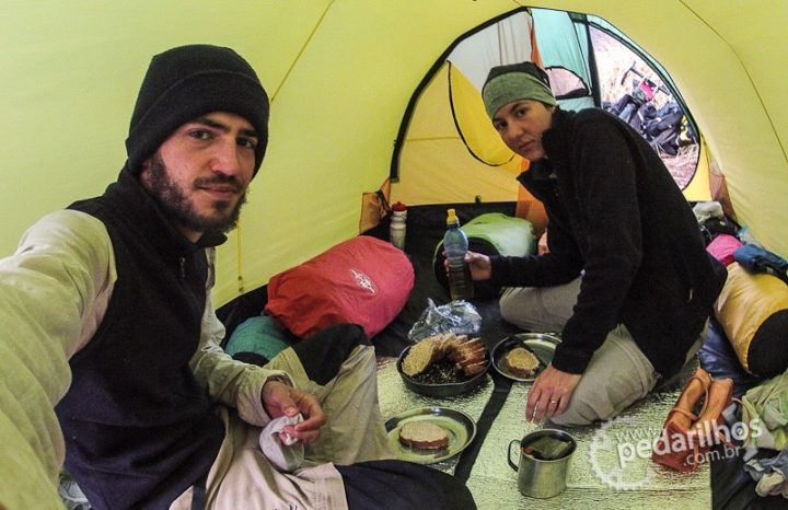Café da manhã dentro da barraca, frio lá fora.