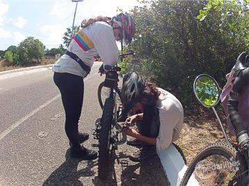 """Na subida uma corrente estourada, mas nada que o """"bicycle repairman"""" não consiga resolver com uma goma de mascar e um clips de papel, hahaha. Mentirinha, ele usou chave de corrente!"""