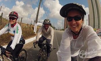 Nossa querida e animada anfitriã, nos levando a um passeio de bike até nosso próximo destino, Nísia Floresta. Satisfação imensa compartilhar a estrada com você, Gorete! Só diversão!