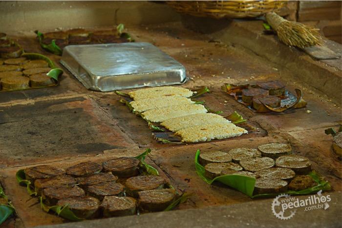Cozinha da Casa da Tapioca, fogão à lenha de barro de um jeito que eu nunca havia visto, tudo preparado sobre a folha de bananeira.Tapiocas, grudes, beijus, só coisa deliciosa!