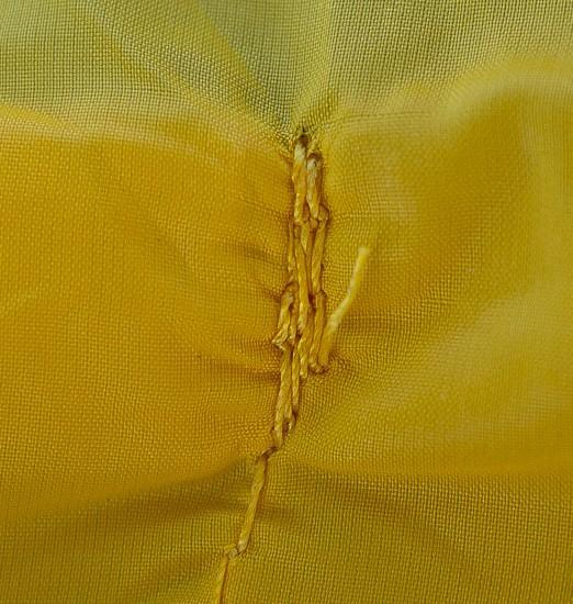 Ponto frágil da costura nos bolsos ao lado avesso. Poderia ter um reforço pelo lado interno da costura.