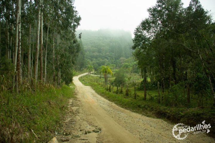 Estrada rural desde a rodovia até a entrada da trilha
