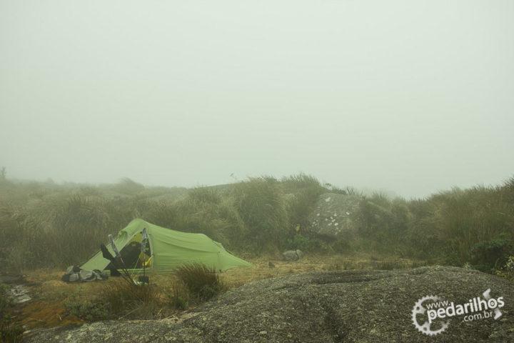 Depois de um fim de tarde de sol, um amanhecer de vento e neblina.