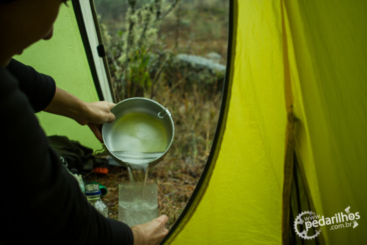 Em um dos acampamentos durante a transmantiqueira: Coletando água de chuva